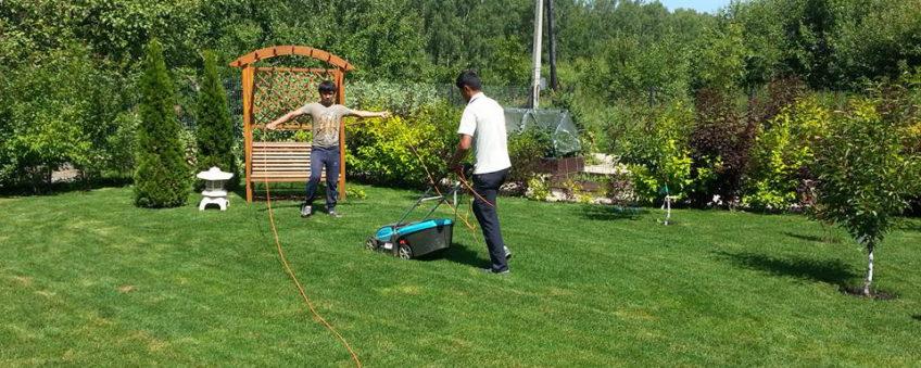 стрижка травы газонокосилкой
