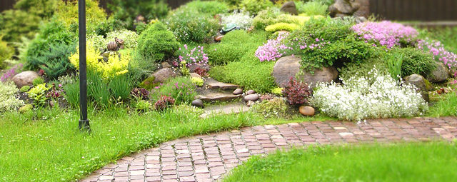 ландшафтное озеленение: дорожки и цветы