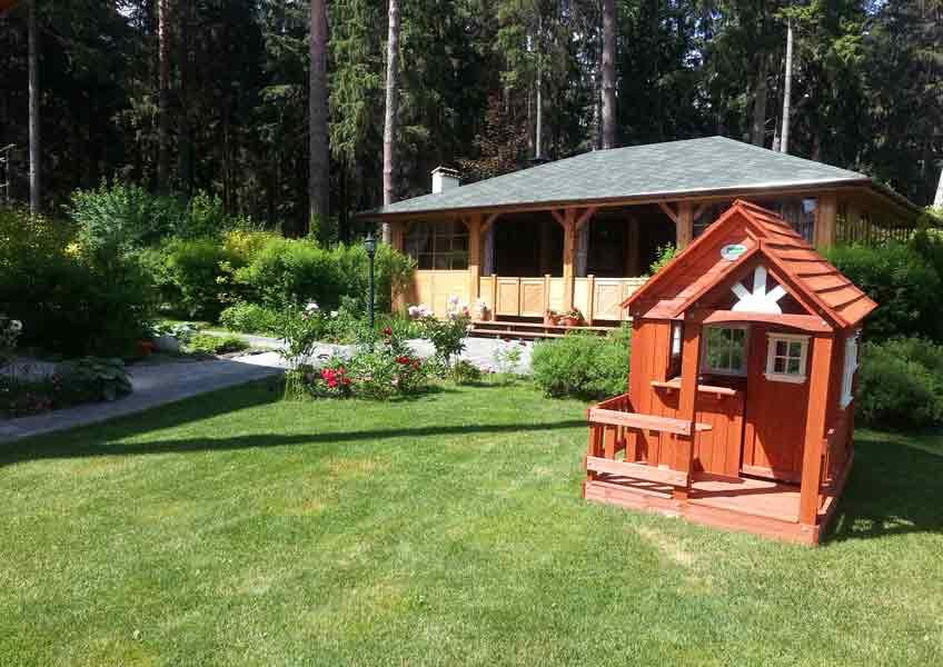 ландшафтный дизайн загородного дома - газон и малые архитектурные формы