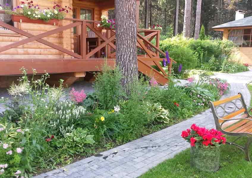 ландшафтный дизайн загородного дома: дорожки и цветы