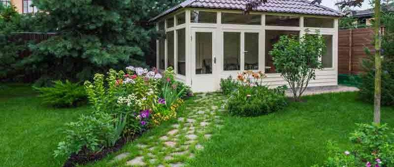 малые архитектурные формы и газон
