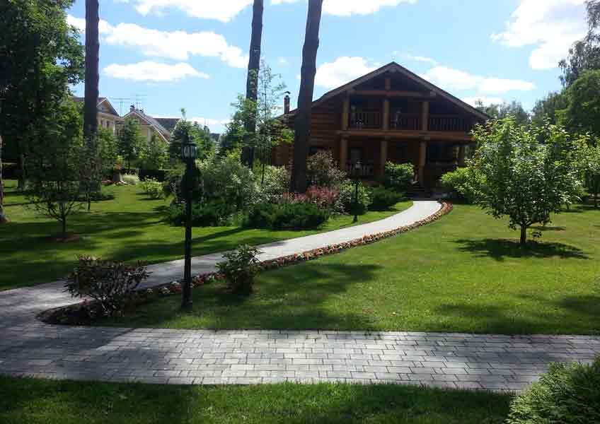ландшафтный дизайн загородного дома дорожка и газон 13 соток