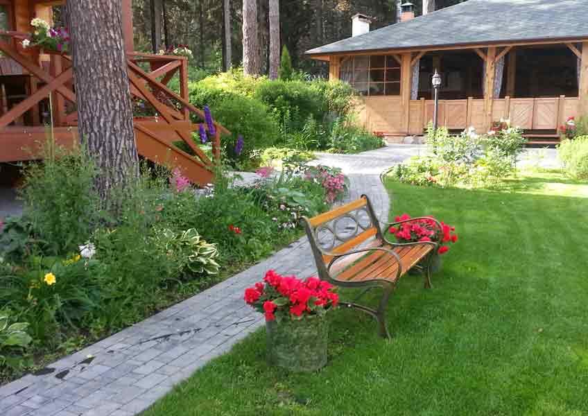 цветы и дорожки в ландшафтном дизайне загородного дома